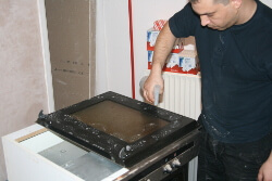 oven-door-spraying-cleaning